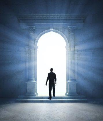Человек переходит в другой мир